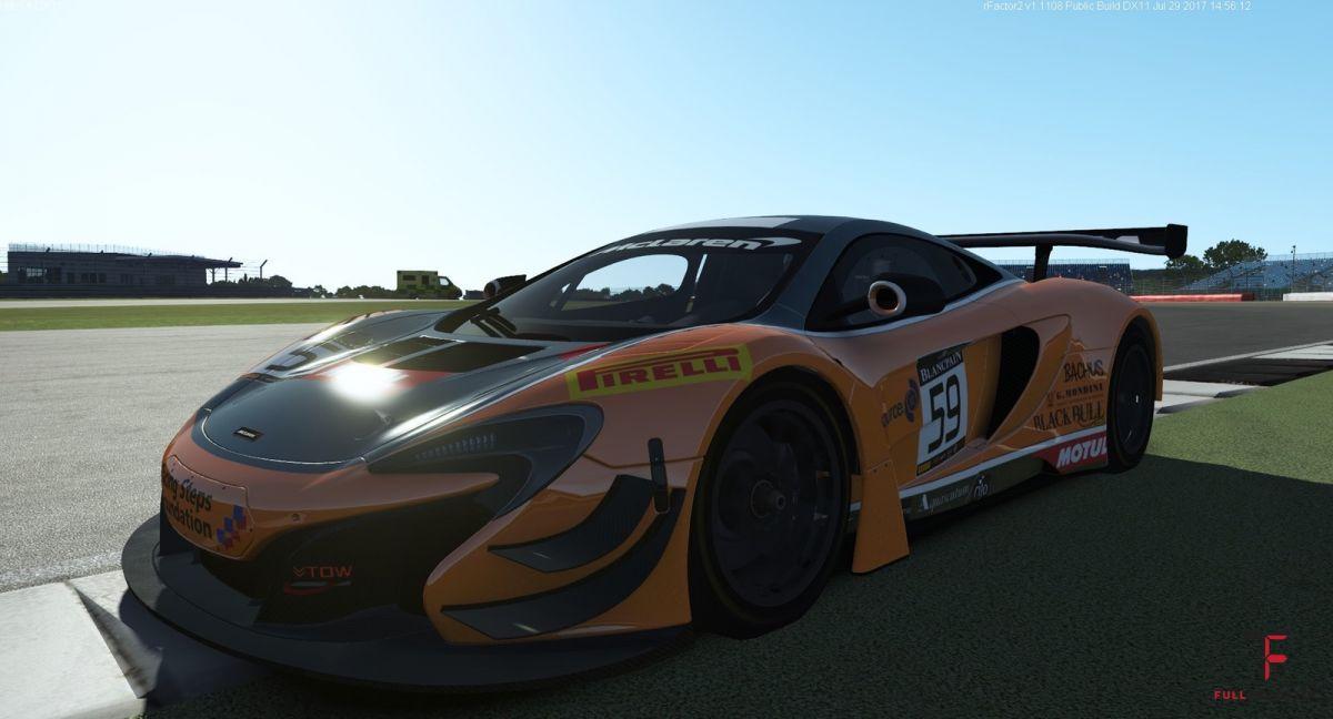 McLaren w pełnym słońcu.