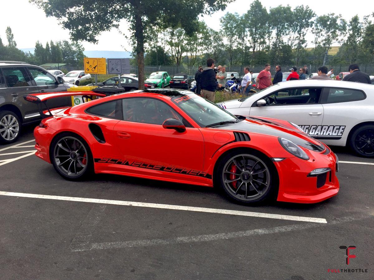 Piękne Porsche  911 GT3 na parkingu przed Nordshilfe