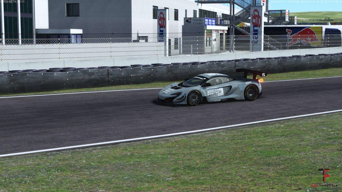 Większość dohamowań do zakrętu w McLarenie kończy się efektownym płomieniem z wydechu.
