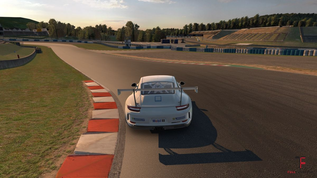 Porsche 911 GT3 Cup i pusty tor Okayama późnym popołudniem. iRacing.