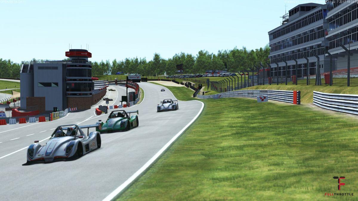 Tor Brand Hatch i jego wzniesienia da się odczuć podczas jazdy.